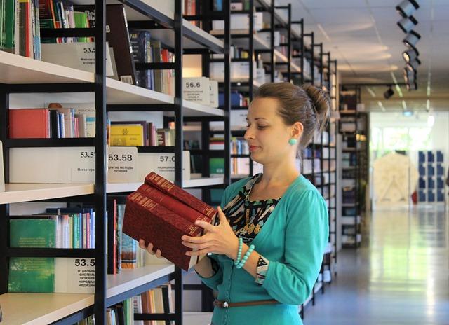 žena u police s knihami