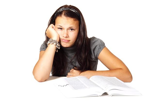 nuda nad učebnicí