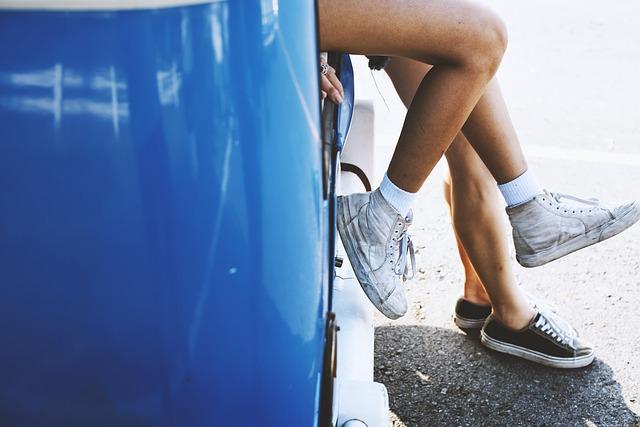 nohy, modrá karoserie
