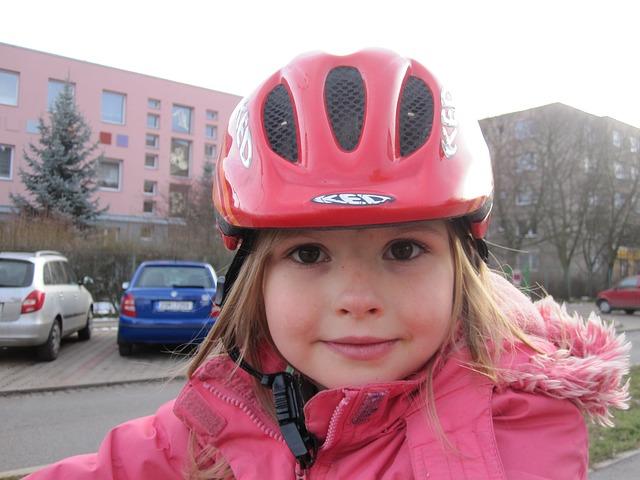 dítě s helmou